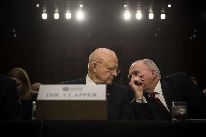 James Clapper (à gauche), avec le directeur de la CIA John Brennan lors de leur audition au Sénat américain, le 9 février.