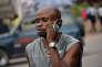 A Kinshasa, la capitale de la République démocratique du Congo, en février 2015. 50 % des Congolais possèdent un téléphone portable, contre 100 % au Sénégal et 110 % en France.