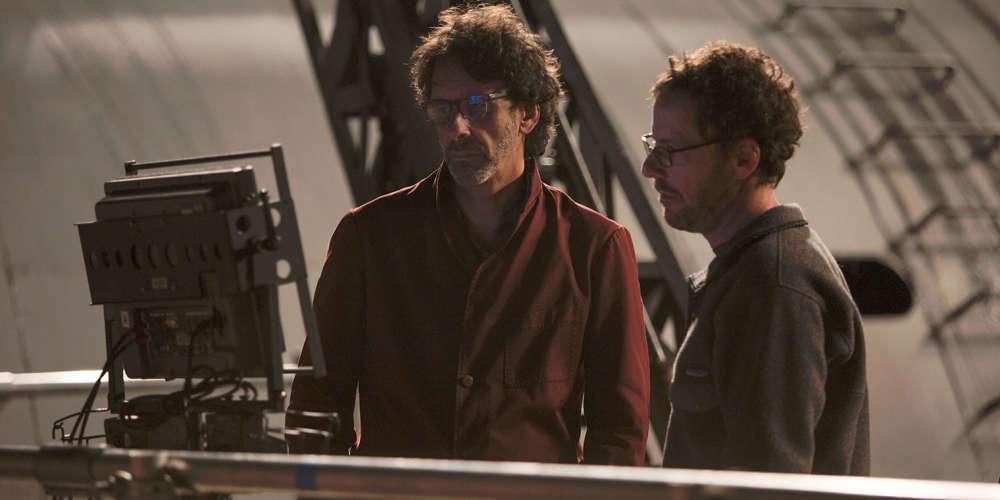 Au printemps 2015, avant de quitter leur salle de montage new-yorkaise pour Cannes, où ils devaient présider le jury, Joel et Ethan Coen avaient ainsi défini le genre de leur long-métrage à venir : « Ave César ! » serait un film « dans lequel George Clooney a l'air d'un idiot ». L'œuvre fondatrice de ce genre, « O'Brother » (2000), et ses successeurs, « Intolérable cruauté » (2003) et «Burn After Reading » (2008), constituent un corpus succinct, mais cohérent, auquel « Ave César!» vient ajouter sa parure marmoréenne.