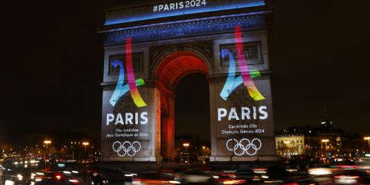 Sur les Champs-Elysées, le 9 février, lors de la présentation du logo de la candidature parisienne à l'organisation des Jeux olympiques2024.