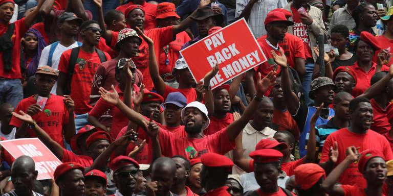 Des militants de l'EFF (les Combattants pour la liberté économique, opposition sud-africaine) manifestent devant la Cour constitutionnelle de Johannesburg, mardi 9 février.