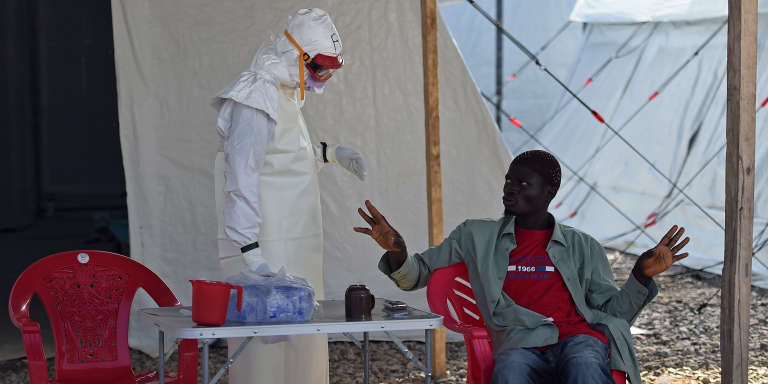 Dans un centre de lutte contre Ebola à Kenama, en Sierra Leone, novembre 2014.