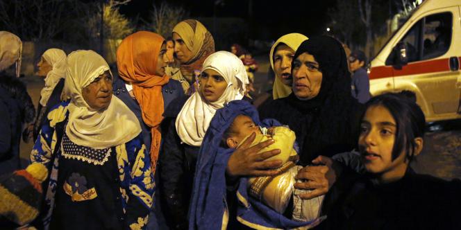 Des Syriens attendent de quitter la ville assiégée de Madaya, au nord-ouest de Damas, où sévit la famine depuis septembre.