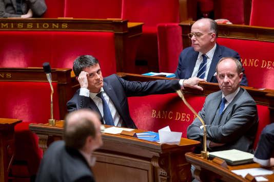Manuel Valls, Bernard Cazeneuve et Jean-Jacques Urvoas participent à la séance lors de l'adoption du projet de révision constitutionnelle à l'Assemblée nationale à Paris, mercredi 10 février.