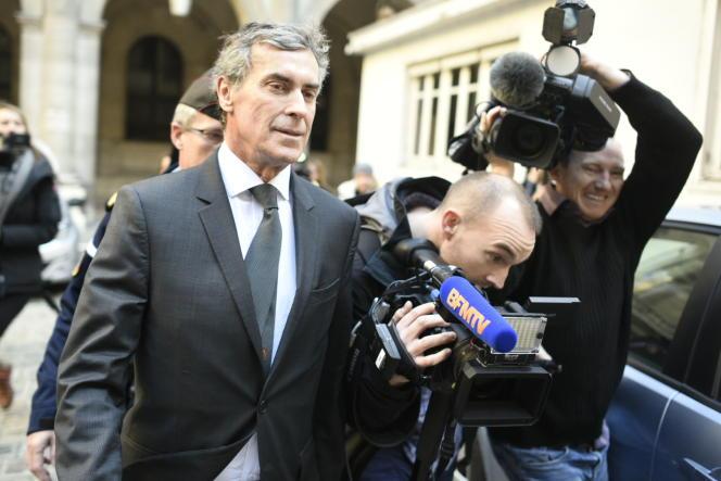 Jérôme Cahuzac sort du palais de justice de Paris. Son procès est reporté au5septembre 2016.