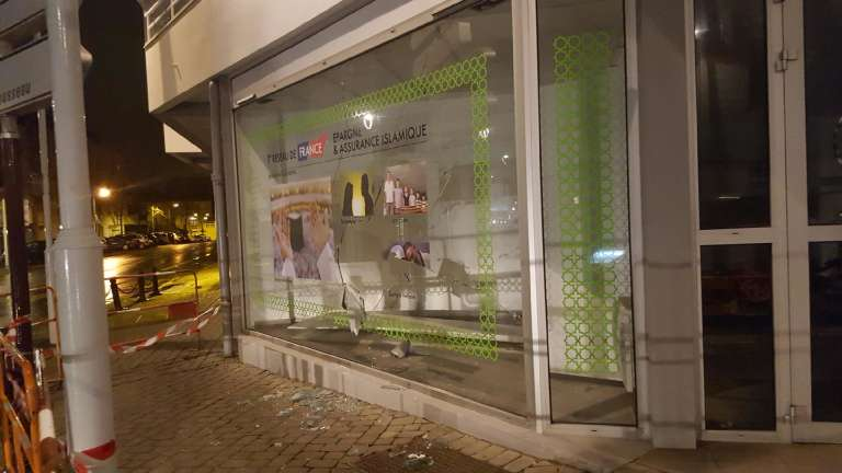 La vitrine de la nouvelle agence Noorassur de Nantes, après  l'attaque du dimanche 7 février 2016.