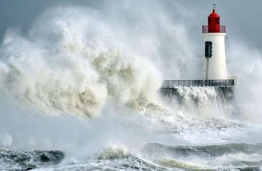 Une vague sur le phare des Sables-d'Olonne, le 9 février.