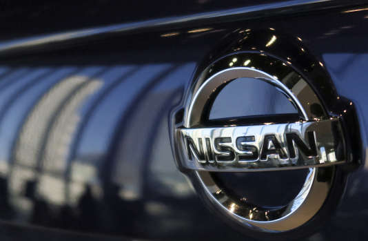 Logo Nissan sur un véhicule japonais.