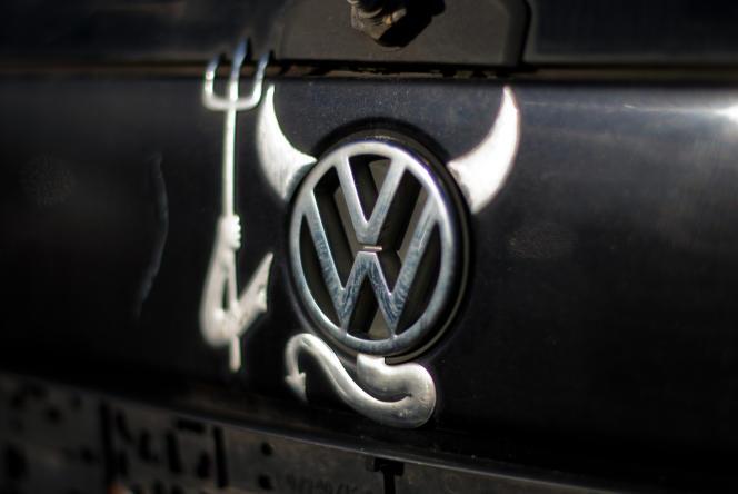Une Volkswagen Polo customisée dans une casse auto de Peine (Allemagne), en novembre 2015.