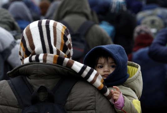 Des migrants à la frontière entre la Serbie et la Macédoine, le 10février.