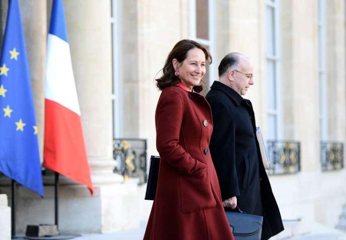 La ministre de l'écologie, Ségolène Royal et son homologue de l'intérieur, Bernard Cazeneuve, le 10 février sur le perron de l'Elysée.