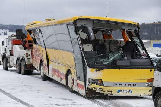 Le bus accidenté dans le Doubs, mercredi 10 février. / AFP / FABRICE COFFRINI