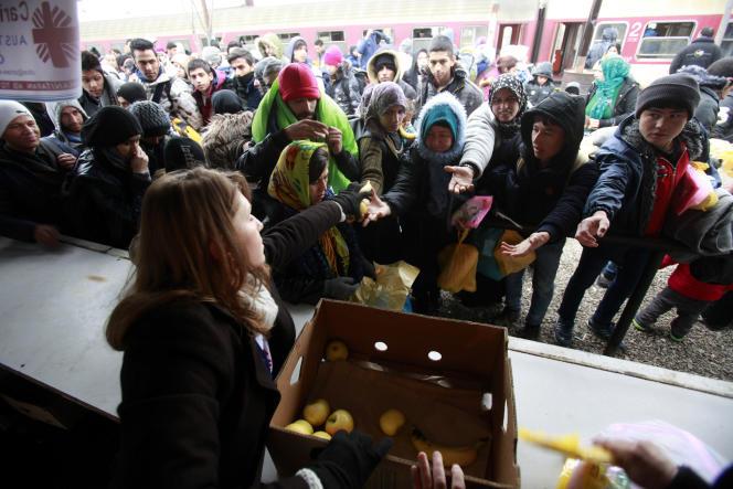 Distribution de nourriture dans un centre de transit pour réfugiés à Tabanovce, dans le nord de la Macédoine, le 10 février.