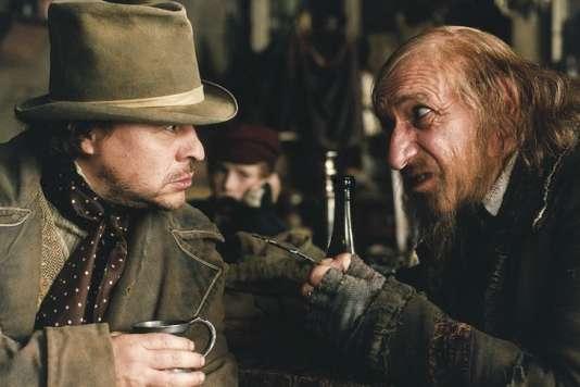 Sir Ben Kingsley (à droite) incarne Fagin dans la version d'«Oliver Twist» réalisée en 2005 par Roman Polanski. A sa gauche, le comédien Jamie Foreman interprète Bill Sikes, l'un des pires personnages de toute l'œuvre de Charles Dickens.