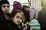 Des familles syriennes à la frontière turque de Cilvegozu, le 8 février 2016.