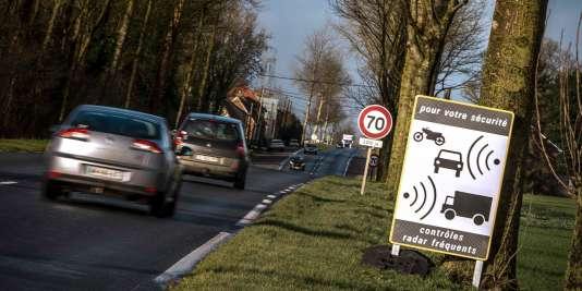 Des voitures passent devant un panneau indiquant la présence d'un radar à Aubigny-en-Artois le 10 février 2016.