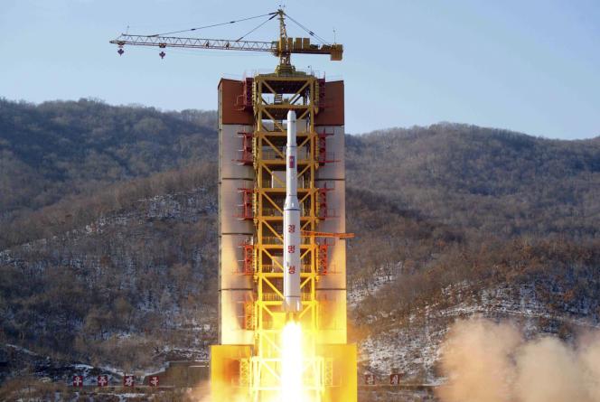 Cette image diffusée en février 2016 par l'agence officielle nord-coréenne KCNA montre le lancement d'une fusée, qui transporterait, selon ses dires,un satellite d'observation de la Terreappelé Kwangmyongsong-4. La presse sud-coréenne a affirmé mardi 26 décembre que Pyongyang serait sur le point de lancer un nouveau satellite baptiséKwangmyongsong-5.