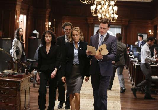 Elizabeth McCord (Tea Leoni), « Madam Secretary », entourée de son équipe dans la série créée par Barbara Hall. Diffusée sur la chaîne CBS, elle prend ses quartiers sur Téva.
