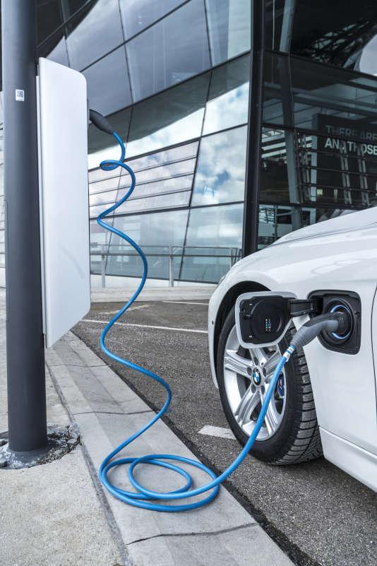 La batterie des modèles hybrides BMW se recharge sur une prise classique en 3h45 et en 2h20 avec une charge rapide.