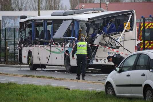 """La ridelle d'un camion s'est """"a priori"""" détachée avant de heurter le bus scolaire."""