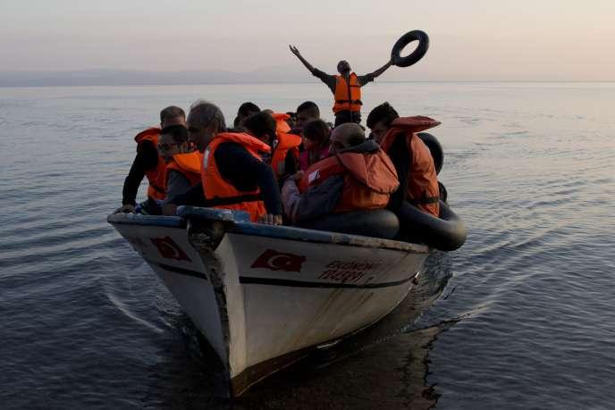 27 septembre 2015. Un groupe de réfugiés syriens arrive sur les rivages de l'île de Lesbos, en mer Egée, en provenance de la Turquie.
