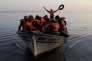 Un bateau de réfugiés en provenance de Syrie, près de l'île grecque de Lesbos, le 11 février.