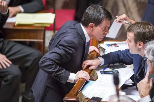 Manuel Valls et Emmanuel Macron à l'Assemblée nationale, mercredi 10 février.
