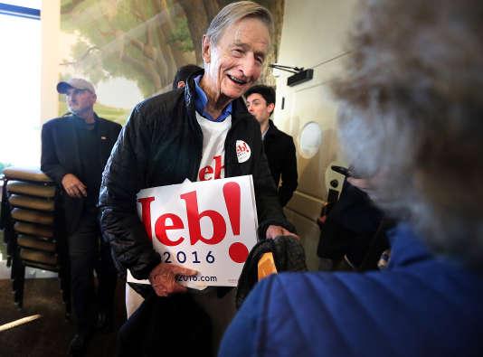 L'oncle de Jeb Bush, Jonathan, 84 ans, quitte un meeting de son neveu pour aller planter des panneaux de soutien dans les rues de Mount Pleasant (Caroline du Sud), le 10 février.