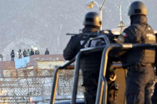 Des prisonniers se tiennent sur le toit de la prison de Topo Chico, au Mexique, après l'émeute qui a fait 49 morts jeudi 11 février.