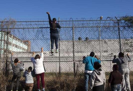 Des dizaines de proches des détenus se sont massés à l'aube devant l'entrée de la prison de Topo Chico.