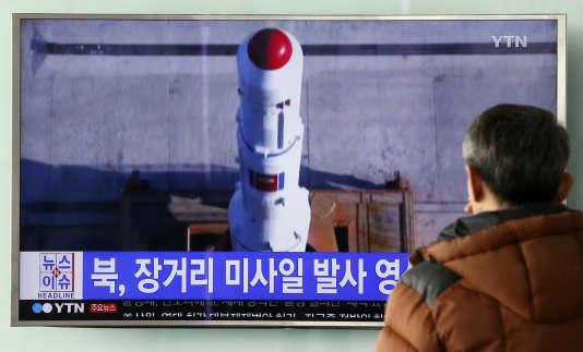 Un Sud-Coréen regarde un reportage sur le lancement du satellite nord-coréen, le11février.