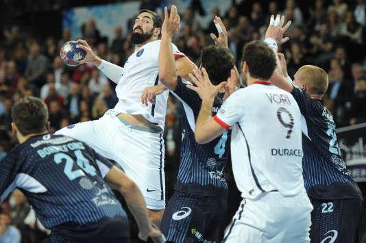 Le Parisien Nikola Karabatic tente un shoot contre Montpellier le 29 octobre 2015.