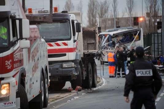 Six adolescents sont morts jeudi 12 février dans l'accident entre un camion et un autocar à Rochefort, en Charente-Maritime.