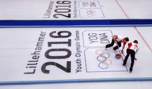 Des joueurs de curling canadiens s'entraînent sur la glace de Lillehammer.