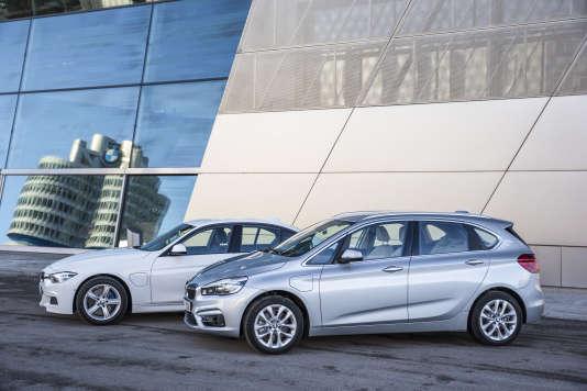 Au premier plan, la BMW Série Active Toureur 225xe, à l'arrière plan, la BMW série 330e.