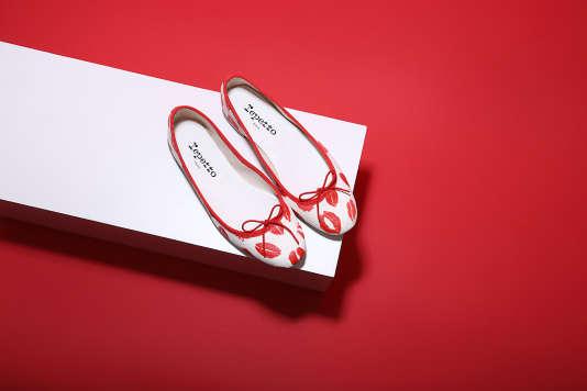 La ballerine Kiss de Repetto, en coton blanc et cuir.
