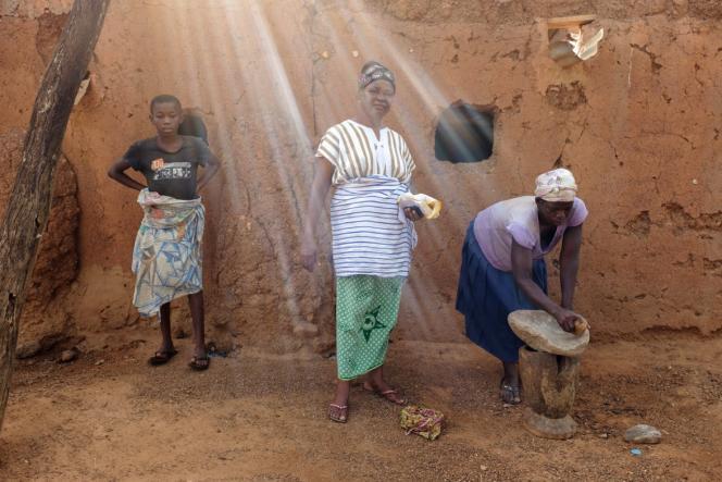 Dogkudome Tegzuylle I (centre) prépare avec des femmes de son village, Lyssah, du beurre de karité.