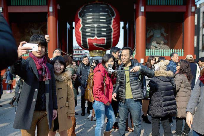 Des Chinois faisant des selfies devant le temple bouddhiste Senso-ji dans le  quartier d'Asakusa, à Tokyo, le 9 février 2016.