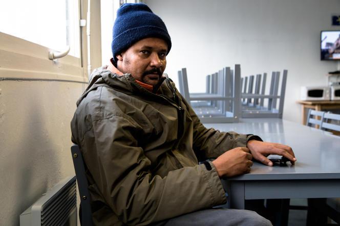 Abakar, un Soudanais de 29ans, dans le réfectoire du centre d'hébergement installé dans le lycée désaffecté Jean-Quarré.