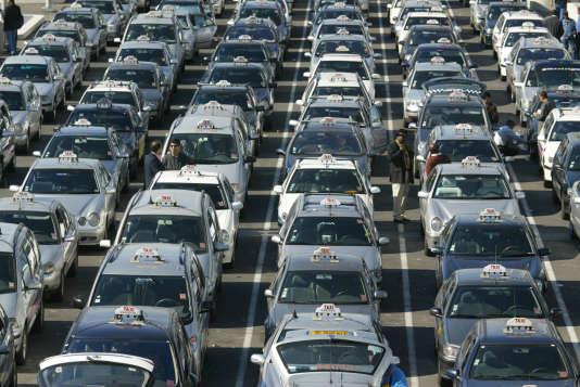 Des taxis parisiens attendent, le 30 septembre 2003 à l'aéroport de Roissy Charles de Gaulle, près de Paris.