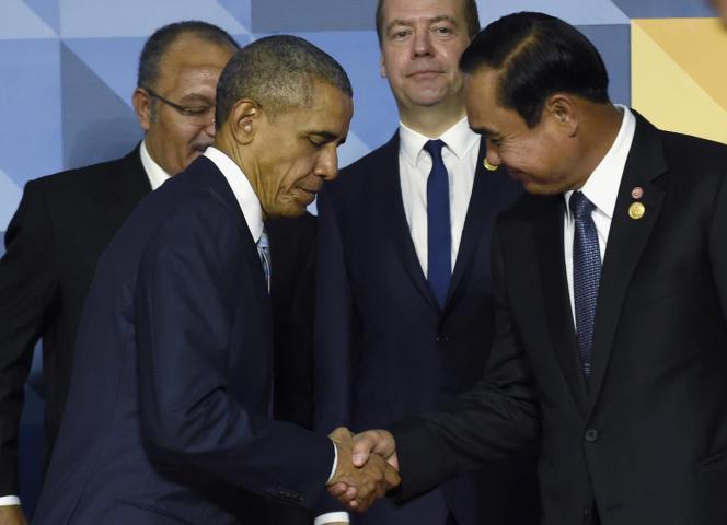 Barack Obama serre la main du premier ministre thaïlandais Prayuth Chan-ocha, à Manille, le 19 novembre 2015.