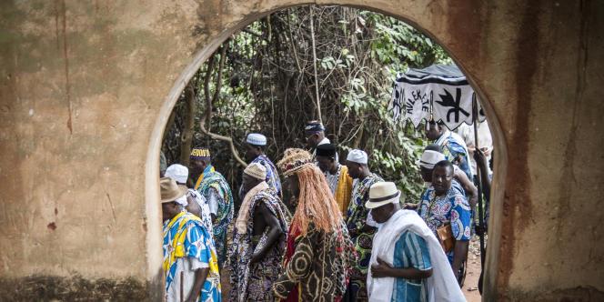 Des hommes défilent durant la fête du Vaudou deOuidah au Bénin, le 20 janvier 2015.