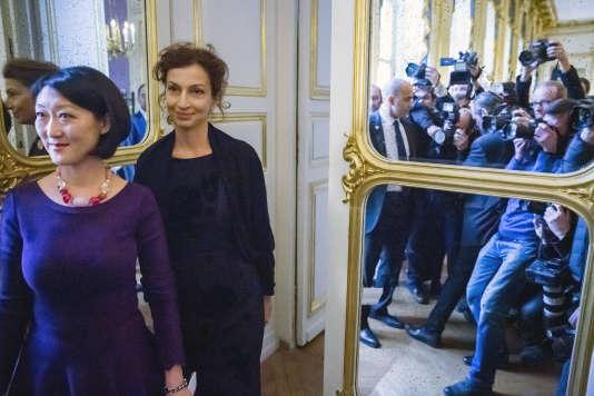 Fleur Pellerin et Audrey Azoulay lors de la passation de pouvoir au ministère de la culture à Paris, le 12 février 2016.