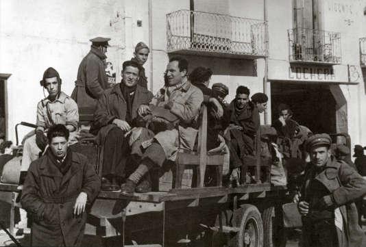 """En octobre 1938 : la guerre civile espagnole fait rage depuis plus de deux ans. Alors que les Républicains et les Franquistes s'opposent violemment, le photographe Jean Moral et le reporter Joseph Kessel sont envoyés par """" Paris Soir """" et """" Match """" pour couvrir le conflit. Ils resteront dix jours sur place, durant lesquels ils tenteront d'atteindre Madrid, assiégée, affamée et soutenue par une population motivée. (au centre Joseph Kessel et Jean Moral avec sa sacoche)"""