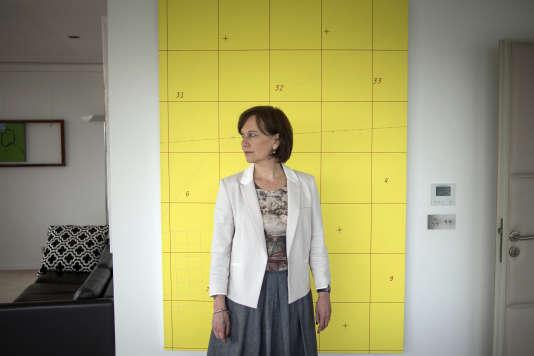 La minisitre de la famille Laurence Rossignol pose dans son bureau à Paris, le 2 juin 2014.