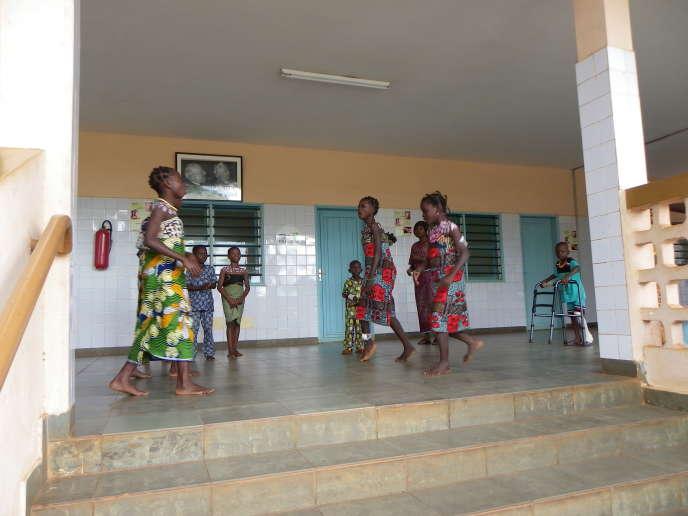 Des enfants soignés au Centre de diagnostic et de traitement de l'ulcère de Buruli, à Pobè (Bénin).