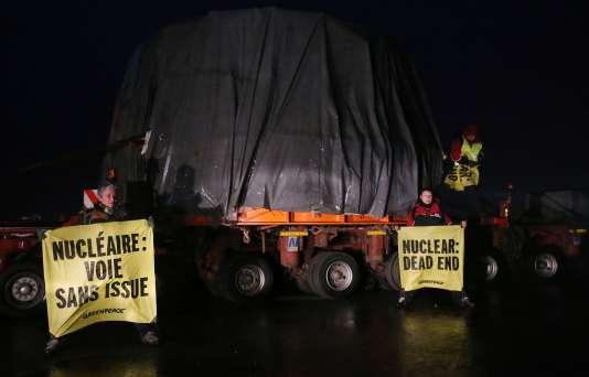 Des militants de Greenpeace bloquent le convoi transportant le couvercle de la cuve de l'EPR, à Evrecy, près de Caen, vendredi 12 février.