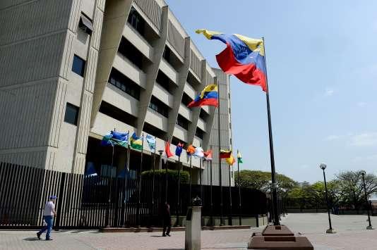 Le Tribunal suprême de justice du Venezuela a annoncé qu'il limitait les pouvoirs du Parlement, dominé par l'opposition.