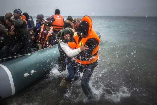 Des réfugiés arrivant sur l'île grecque de Lesbos, le 3 janvier 2016.