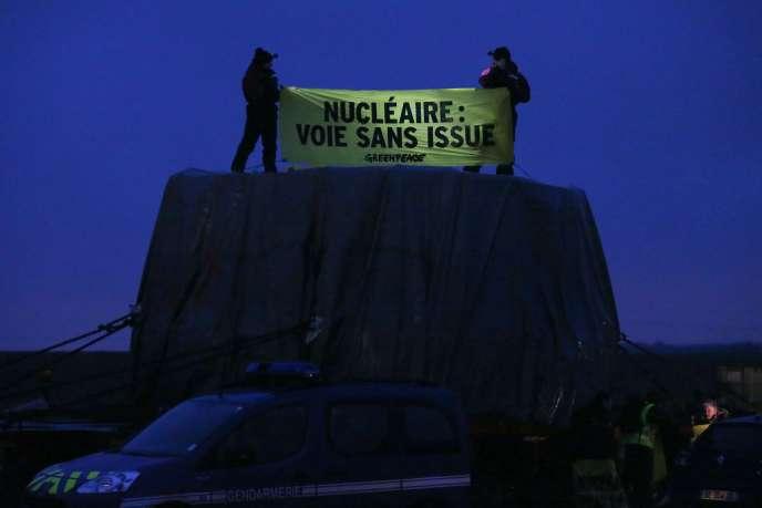 Des militants de Greenpeace bloquent un convoi d'Areva à Evrecy, près de Caen, vendredi 12 février.